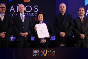 El P. Emilio Díaz-Torre, LC con la directora fundadora de la UNID, Dra. Isabel Ogalde Careaga, y demás personalidades presentes en la convención.