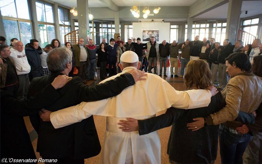 Papa Francisco visita a jóvenes que tratan de dejar las drogas.