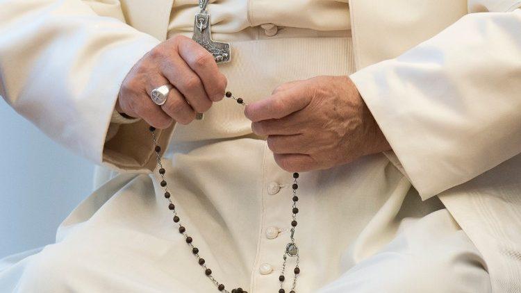 En mayo redescubramos la belleza de rezar el Rosario en casa