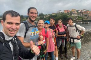 «Los jóvenes saben divertirse, ponerse retos, saben rezar, alegrarse» – Más de 100 jóvenes del Regnum Christi caminaron rumbo a Santiago de Compostela